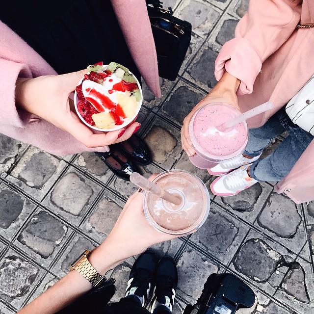 ? • Petite pause #milkshake jeudi dernier - ? Rencontre avec la jolie @sp4nkblog & @ellesenparlent ? | #icecream #smoothie #paris #bloggers #meet #fashionbloggers #meeting #ride #photo #girls