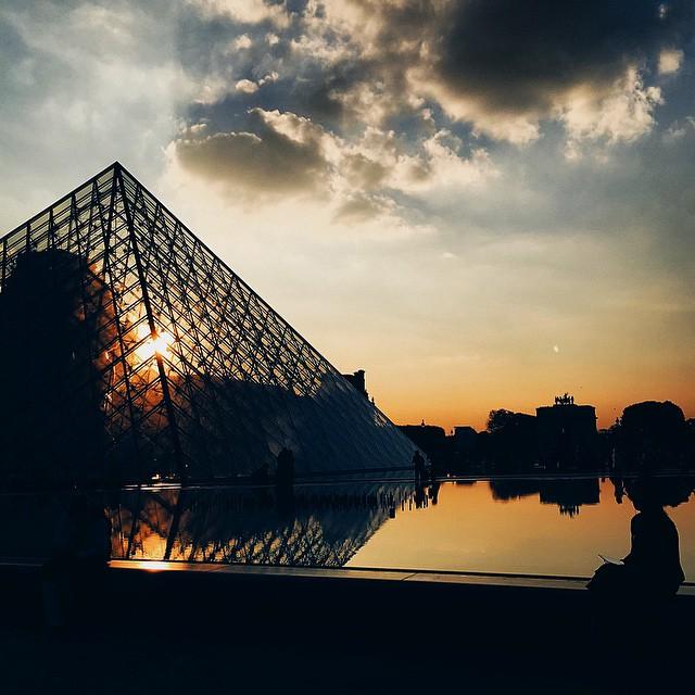 // Bonne soirée, des bisous ? - Good evening ? - missyou #paris #lelouvre #love #sunset #night (oldpic) #landscape #photo #sky