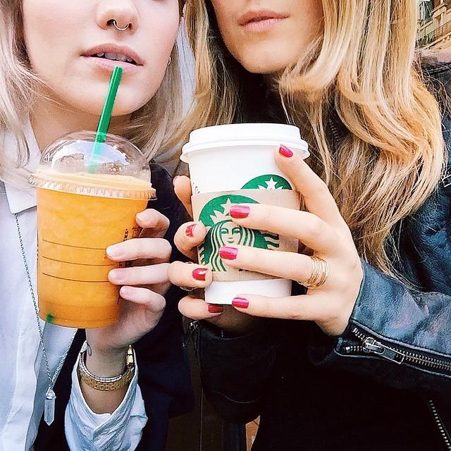 // Petit #starbucks hier avec ma @laura_peach ? dans #Paris - Délicieux comme la plus part du temps, prochaine fois je teste le cake Carrot | #break #drink #friends #fashionbloggers #girls #selfie